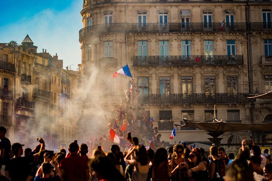 """Bitcoin [BTC] finds its way in a """"Liberty Leading the people"""" styled painting in Paris amidst the Yellow Vest protests"""